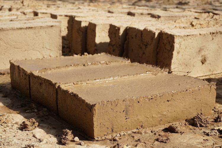 Ilustrasi batu bata tanah liat, pembuatan batu bata tanah liat.