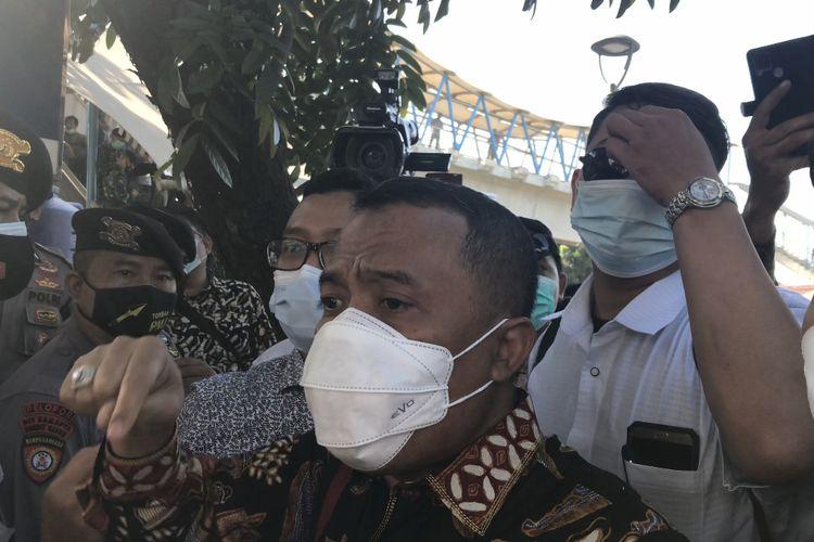 Adu mulut antara tim kuasa hukum terdakwa kasus kerumunan dan penghasutan Rizieq Shihab dan petugas Pengadilan Negeri Jakarta Timur terjadi di depan Pengadilan Negeri Jakarta Timur pada Jumat (26/3/2021) pagi.