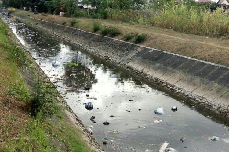 Sampah rumah tangga terlihat mengapung terbawa aliran Selokan Mataram di daerah Kadirojo II Purwomartani, Kalasan, Sleman,