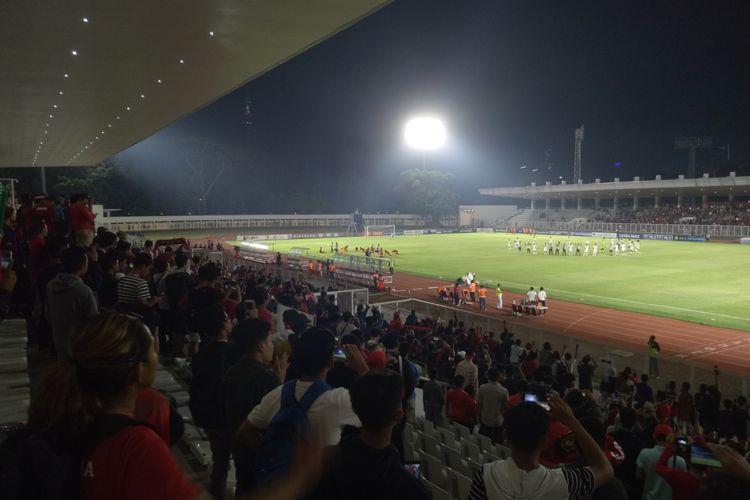 Para penonton yang menyaksikaan pertandingan timnas U-19 Indonesia vs Hong Kong berlangsung di Stadion Madya, Jakarta, Jumat (11/8/2019) malam.