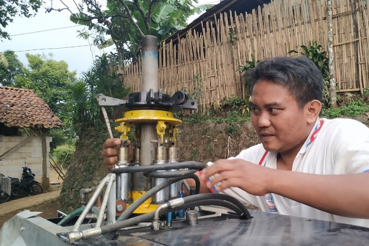 Jujun Junaedi memasang baut di tiang untuk baling-baling utama pada helikopter buatannya di Kampung Cibubuay, Desa Darmareja, Kecamatan Nagrak, Kabupaten Sukabumi, Jawa Barat, Minggu (3/11/2019).