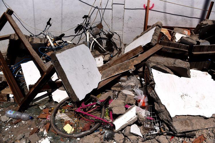 Sepeda tertimpa reruntuhan bangunan akibat gempa bumi di Gili Trawangan, Lombok Utara,  NTB, Kamis (9/8). Kondisi pulau wisata tersebut sepi pascagempa yang terjadi pada 5 Agustus lalu,  meski sejumlah WNA dan warga lokal masih bertahan di pulau itu. ANTARA FOTO/Zabur Karuru/aww/18.