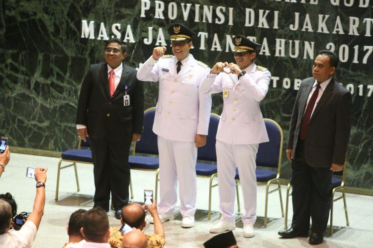 Gubernur dan Wakil Gubernur DKI Jakarta Anies Baswedan (kedua dari kiri) dan Sandiaga Uno (ketiga dari kiri) tiba untuk melakukan serah terima jabatan (sertijab) di Balai Kota DKI Jakarta, Senin (16/10/2017). Anies Baswedan dan Sandiaga Uno menjabat Gubernur DKI Jakarta dan Wakil Gubernur DKI Jakarta untuk periode 2017-2022.