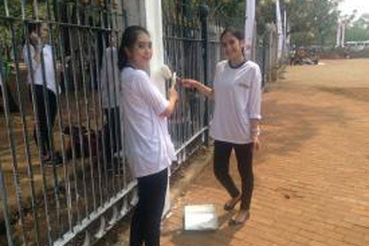 Komunitas Ikatan Abang None Jakarta turut mengecat pagar Kawasan Monas, Jakarta, Selasa (10/11/2015).