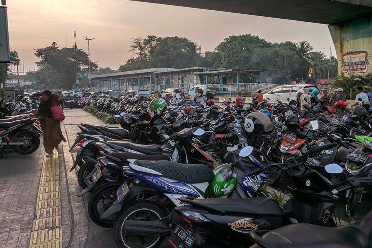 Jalan Ir. H. Juanda dipenuhi Kendaraan Jamaah yang Tidak Kebagian Tempat Parkir yang Telah disediakan di Masjid Istiqlal, Minggu (11/8/2019)