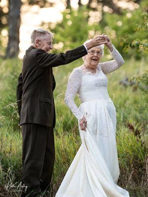 Marvin dan Lucille Stone, merayakan ulang tahun pernikahan mereka yang ke-60 dengan sesi foto menggunakan pakaian pernikahan asli mereka.