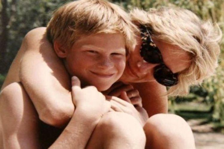 Salah satu foto yang belum dipublikasikan menunjukkan keakraban antara Pangeran Harry dan ibunya, Putri Diana.