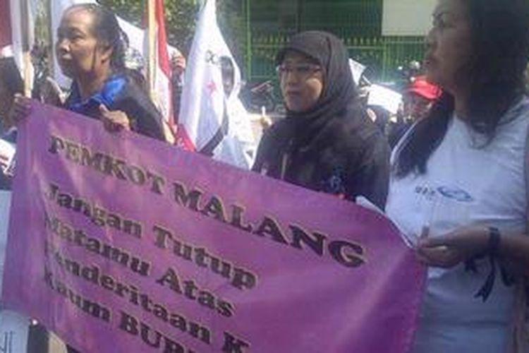 Ilustrasi: puluhan buruh menggelar demo di depan pabriknya di Kota Malang, Jawa Timur, Rabu (13/2/2013). Mereka menuntut gajinya sesuai dengan UMK.