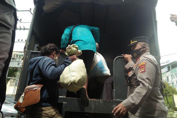 Rombongan buruh bangunan asal Sumedang yang telantar di Lampung diantar ke terminal bus menggunakan truk polisi, Selasa (6/4/2021).