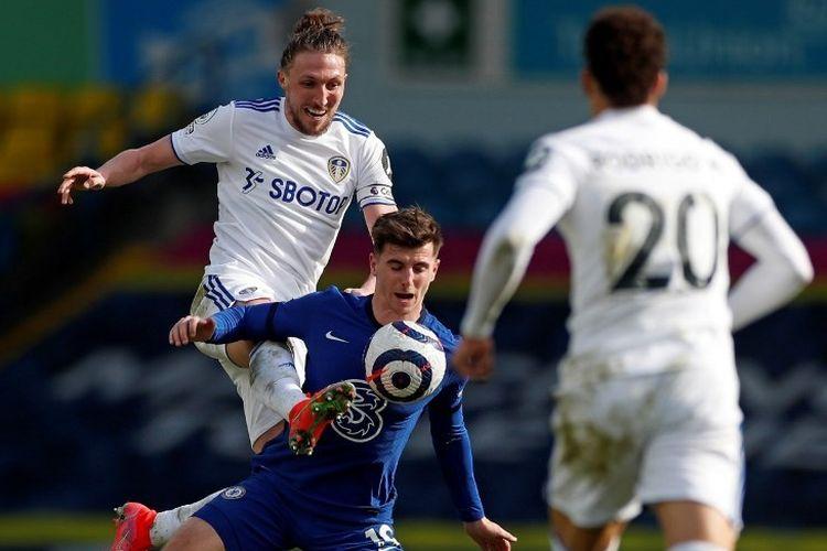 Bek Leeds, Luke Ayling, berduel dengan gelandang Chelsea, Mason Mount, pada lanjutan laga Liga Inggris di Stadion Elland Road, Sabtu (13/3/2021).
