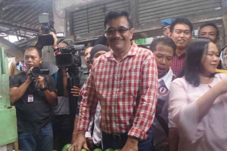 Cawagub DKI Jakarta Djarot Saiful Hidayat belanja buah di Pasar Jelambar Polri, Selasa (21/3/2017).
