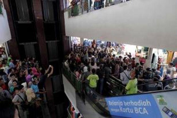 Masyarakat berkerumun saat Gubernur DKI Jakarta yang juga presiden terpilih Joko Widodo (dua kiri) bersama CEO Facebook Mark Zuckerberg (dua kanan) mengunjungi Blok A Pasar Tanah Abang, Jakarta, Senin (13/10/2014).