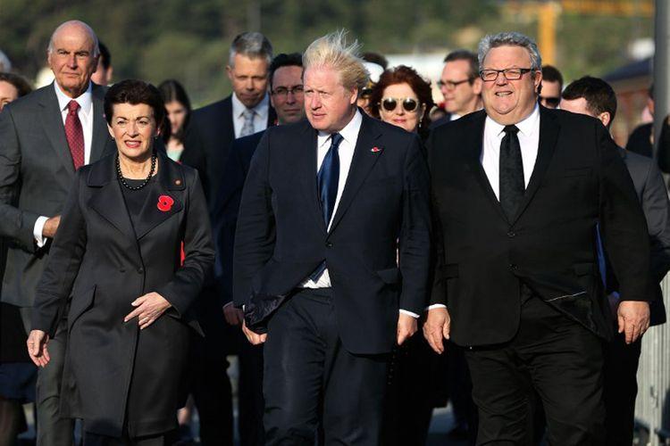 Menteri Luar Negeri Inggris Boris Johnson (tengah) didampingi Gubernur Jenderal Selandia Baru Patsy Reddy (kiri) dan Menteri Luar Negeri Selandia Baru Gerry Brownlee (kanan). Johnson datang untuk meresmikan pembukaan Memorial Inggris di Pukeahu War Memorial Park di Wellington, Senin (24/7/2017).