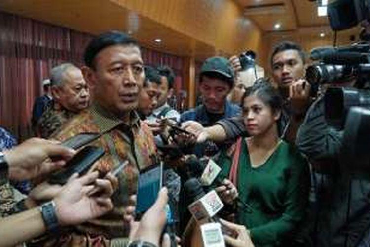 Menteri Koordinator bidang Politik, Hukum dan Keamanan Wiranto saat memberikan keterangan usai acara silaturahmi dengan para tokoh lintas agama di kantor Kemenko Polhukam, Jakarta Pusat, Senin (21/11/2016).