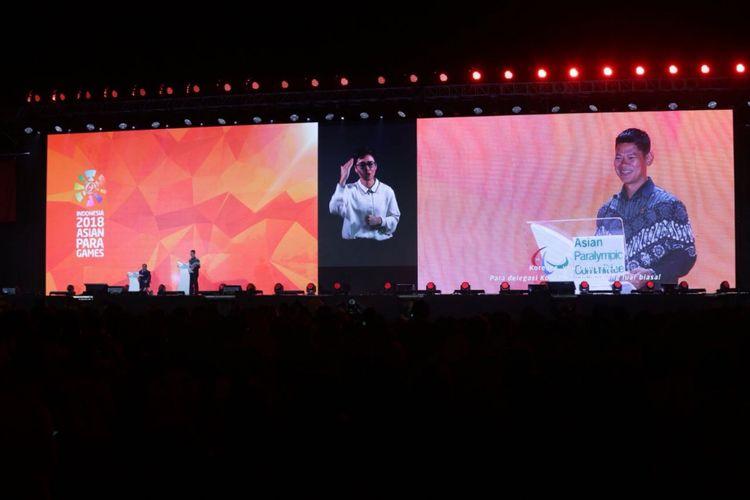 Ketua Inapgoc Raja Sapta Oktohari (kanan) saat menyampaikan sambutan pada Upacara Penutupan Asian Para Games 2018 di Stadion Madya, Senayan, Jakarta, Sabtu (13/10/2018).