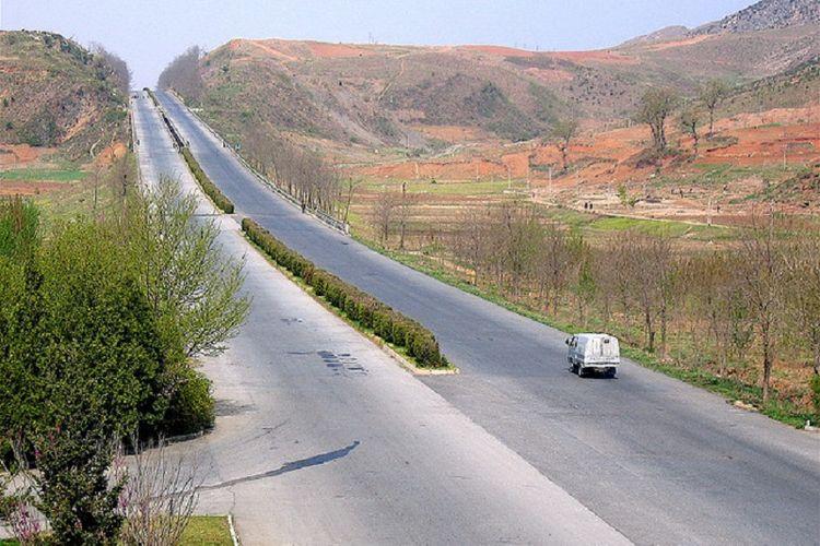 Jalan raya Kaesong menuju Pyongyang, Korea Utara.