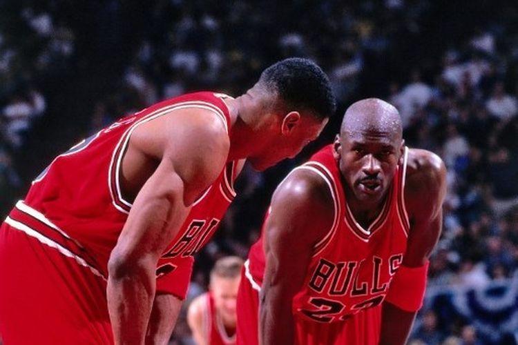 Michael Jordan dan Scottie Pippen saat bermain untuk Chicago Bulls pada game keempat semifinal Wilayah Timur NBA Playoffs 1998 menghadapi Charlotte Hornets di Charlotte Coliseum in Charlotte, 10 Mei 1998.