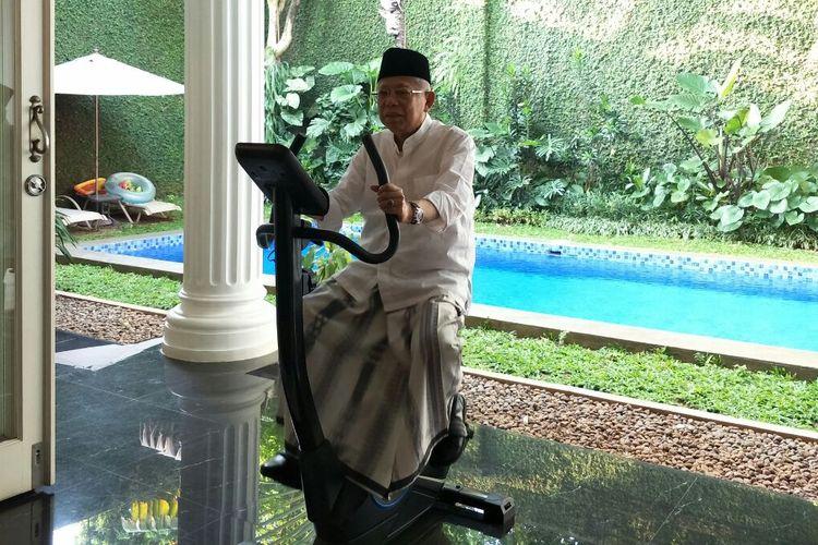 Calon wakil presiden nomor urut 01 Maruf Amin bersepeda di halaman belakang rumahnya sebelum berangkat ke TPS, Rabu (17/4/2019).