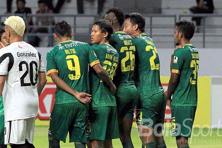 Gelandang Sriwijaya FC, Adam Alis (tengah), saat tampil melawan Madura United pada babak penyisihan Piala Gubernur Kaltim 2018 Grup B di Stadion Batakan Balikpapan, Kalimantan Timur, Senin (26/02/108) sore.