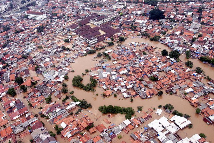 Risiko atas penataan lingkungan yang kurang menyebabkan banjir, seperti terjadi di Kampung Melayu, Jakarta Timur, 4 Februari 2007. Kalangan industri pun harus siap mengantisipasi kejadian buruk ini.