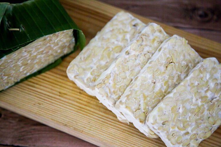 Tempe, makanan asli Indonesia berbahan dasar kacang kedelai.