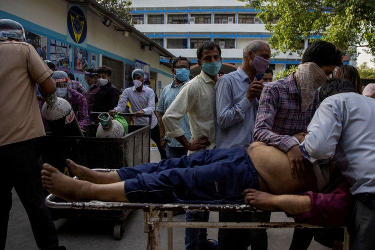 Anggota keluarga berduka setelah Shayam Narayan dinyatakan meninggal dunia di luar bangsal penyakit virus korona (COVID-19) di rumah sakit Guru Teg Bahadur, di tengah penyebaran penyakit tersebut di New Delhi, India, Jumat (23/4/2021).