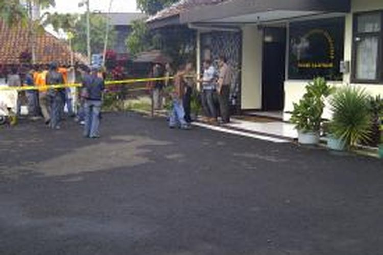 Lokasi pengeboman Polsek Rajapolah, Tasikmalaya, masih diperiksa tim Gegana Polda Jawa Barat, Rabu pagi.