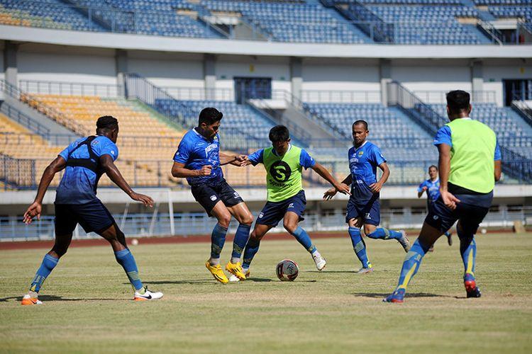 Tim Persib Bandung menggelar training games untuk mematangkan persiapan menghadapi lanjutan Liga 1 2020 di Stadion GBLA, Kota Bandung, Sabtu (22/8/2020).