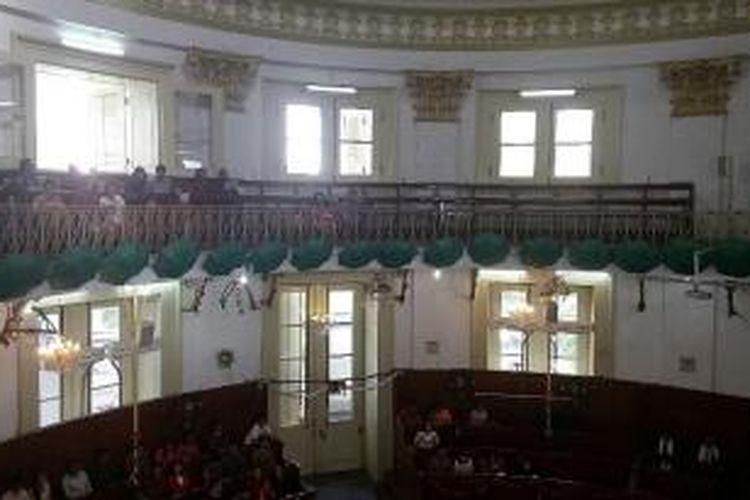 Sejumlah jemaat saat mengikuti ibadah pertama saat Hari Raya Natal di GPIB Immanuel, Jakarta pada Jumat (25/12/2015)