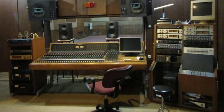 Di ruang studio rekaman Lokananta, Band White Shoes & Couples Company dan Pandai Besi menelurkan karya melalui alat-alat yang telah legendaris dari awal mulai berdirinya perusahaan ini.