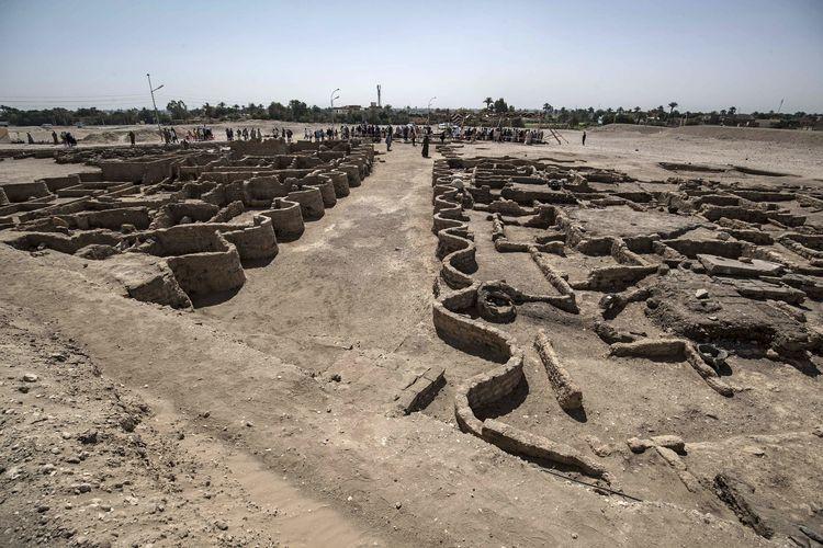 Foto tertanggal 10 April 2021 menampilkan reruntuhan kota emas Firaun yang hilang 3.000 tahun lalu. Kota ini berjuluk The Rise of Aten yang berdiri pada masa Amenhotep III dan ditemukan di dekat kota Luxor, Mesir.