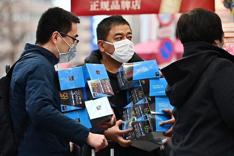 Warga membeli masker dalam jumlah banyak dari sebuah apotek di daerah Akihabara Tokyo, Jepang, Senin (27/1/2020), menyusul temuan warga diduga terinfeksi virus corona di negara itu. Hingga saat ini, sudah 12 negara di berbagai belahan Bumi yang positif mengumumkan terdampak virus corona yang dilaporkan sudah menjangkiti 1.300 orang dan membunuh 41 orang di China.