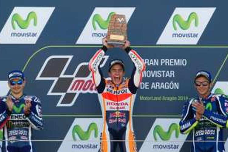 Pebalap Repsol Honda asal Spanyol, Marc Marquez (tengah), merayakan kemenangan setelah finis di urutan pertama pada balapan GP Aragon di Sirkuit MotorLand Aragon, Minggu (25/9/2016). Pebalap Movistar Yamaha atas Spanyol, Jorge Lorenzo (kiri), finis di urutan kedua, sementara rekan satu timnya asal Italia, Valentino Rossi, finis di urutan ketiga.