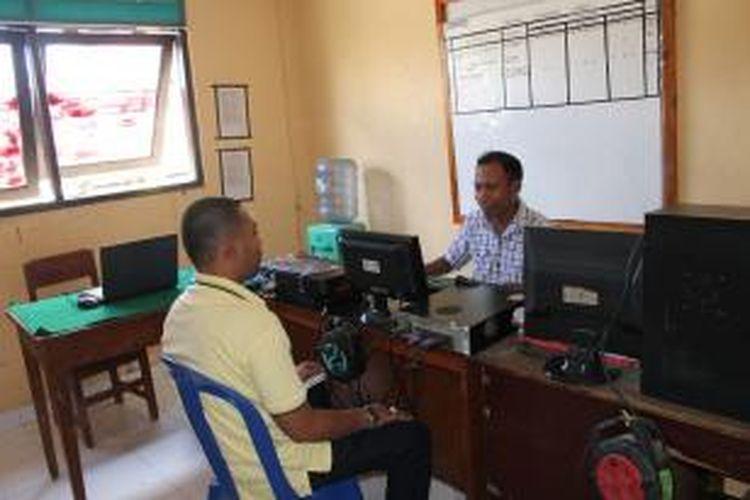 Syahrul Ramadhan (Kiri) sementara memberikan laporan kepada polisi di Unit Serse Polres Timor Tengah Utara (TTU), Nusa Tenggara Timur, Selasa (17/12/2013).