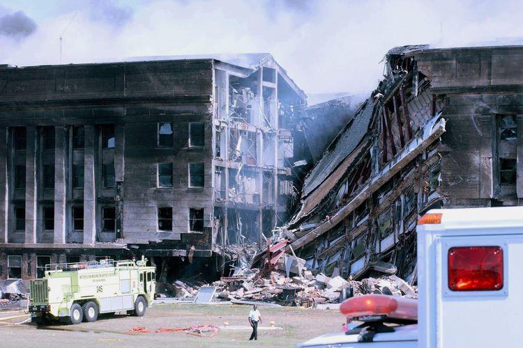 Penampakan kerusakan pada tembok barat gedung Pentagon yang dihantam pesawat dalam serangan 9/11.