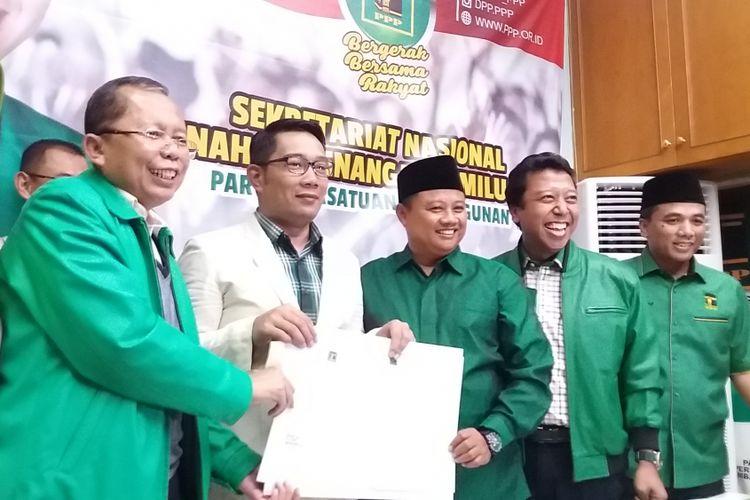 Calon Gubernur Jawa Barat Ridwan Kamil (jas putih) bersama Uu Ruzhanul Ulum, Bupati Tasikmalaya sekaligus kader PPP yang diusulkan menjadi calon wakil gubernur pendamping Emil. Deklarasi dilakukan di Seknas Bappilu PPP, Tebet, Jakarta Selatan, Selasa (24/10/2017).