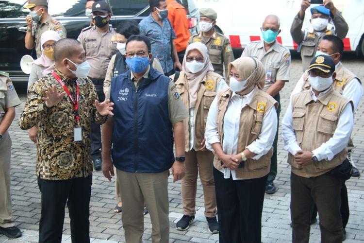 Gubernur DKI Jakarta, Anies Rasyid Baswedan melakukan peninjauan ke mes mahasiswa Universitas Bunda Mulia (UBM), Pademangan, Jakarta Utara, yang akan dijadikan tempat isolasi terkendali bagi pasien Covid-19 pada Selasa (3/8/2021).