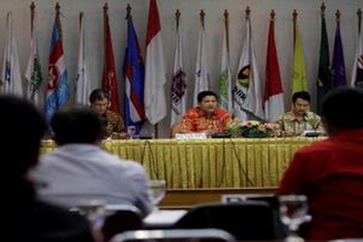 Pimpinan Komisi Pemilihan Umum, Hadar Nafis Gumay, Husni Kamil Manik, dan Ferry Kurnia Rizkiyansyah (kiri ke kanan) menyampaikan peraturan Pemilihan Umum kepada 10 partai politik yang lolos verifikasi di KPU pusat di Jakarta, Jumat (11/1/2013). KPU sudah memperbolehkan peserta pemilu berkampanye, kecuali atribut kampanye karena menunggu pengundian nomor urut partai pekan depan.