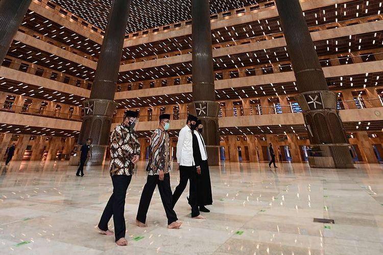 Presiden Joko Widodo meninjau Masjid Istiqlal yang telah usai direnovasi, Jakarta, Kamis (7/1/2021). Renovasi ini merupakan yang pertama sejak 42 tahun lalu, dengan menghabiskan waktu 14 bulan untuk merampungkan proses renovasi.