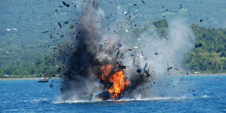 Proses penenggelaman kapal pencuri ikan di perairan Bitung, Sulawesi Utara, Rabu (20/5/2015) siang. Penenggelaman tersebut dilakukan oleh TNI Angkatan Laut.