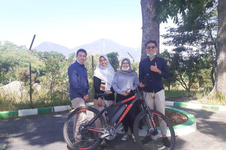 Tiga mahasiswa Unpad dan dosen pembimbingnya membuat sepeda listrik bertenaga surya yang ramah lingkungan.