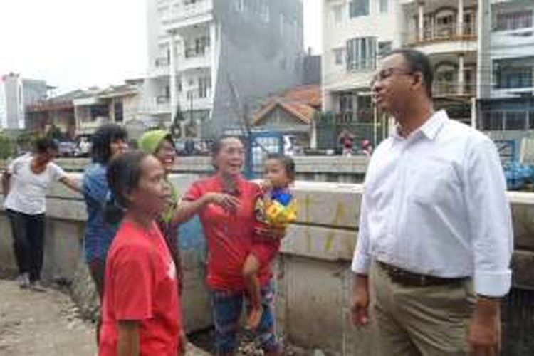 Calon gubernur DKI Jakarta nomor pemilihan tiga, Anies Baswedan, berbincang dengan warga yang mengaku korban gusuran penertiban kali Krukut di Kelurahan Krukut, Kecamatan Tamansari, Jakarta Barat, Kamis (3/11/2016).