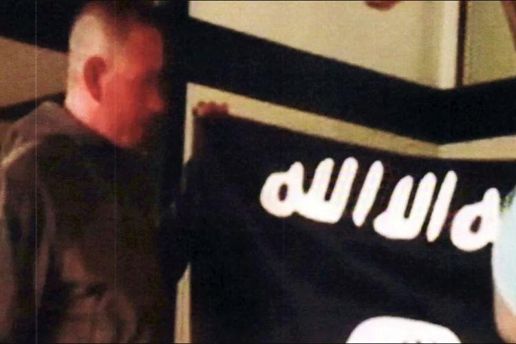 Potongan video yang disediakan FBI menampilkan Sersan Satu Ikaika Kang memegang bendera ISIS.
