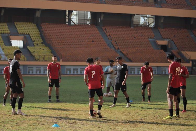 Skuad PS Sleman saat menjalani pemusatan latihan (TC) di Stadion Wibawa Mukti, Cikarang, Kabupaten Bekasi, Jawa Barat, Jumat (18/6/2021). TC berlangsung mulai Kamis (10/6/2021) hingga Jumat (18/6/2021).