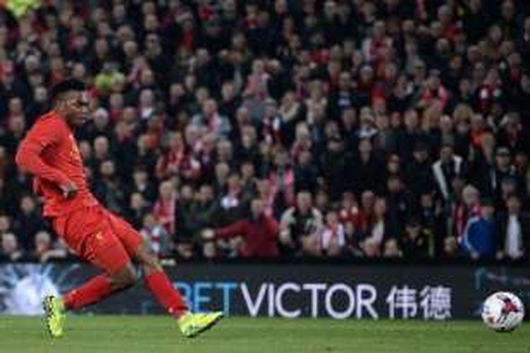 Daniel Sturridge mencetak gol kedua Liverpool ke gawang Tottenham pada pertandingan Piala Liga di Anfield, Selasa (25/10/2016).