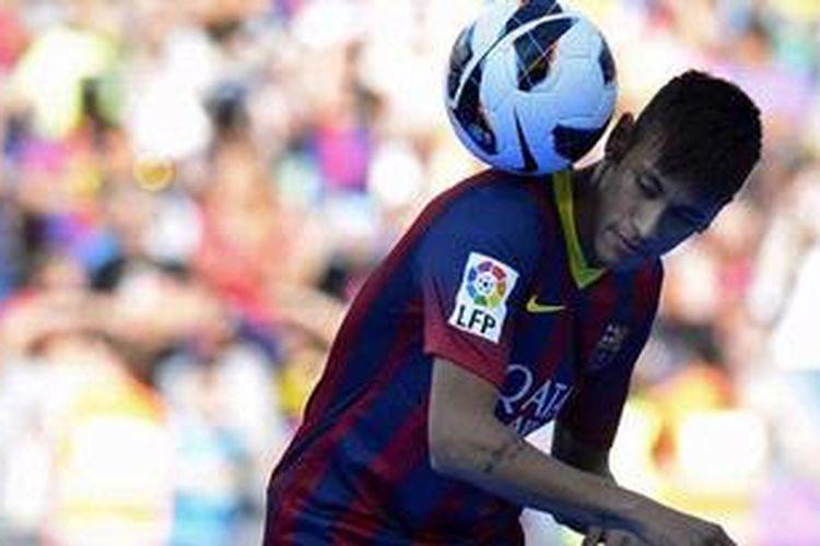 Pemain baru Barcelona, Neymar da Silva Santos Junior, memperlihatkan kemampuannya bermain bola saat diperkenalkan kepada publik di Camp Nou, Senin (3/6/2013).