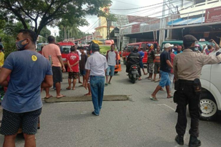 Sopir angkot jurusan Tulehu, Liang dan Waai bersama warga di dusun Waitatiri Desa Suli, Kecamatan Salahutu, Kabipaten Maluku Tengah memblokade ruas jalan di perbatasan Kota AMbon dan Maluku Tengah, Selasa (9/6/2020)
