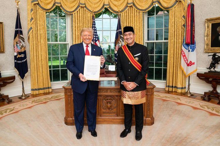 Muhammad Lutfi saat menjadi Dubes RI untuk AS, berpose bersama Presiden AS Donald Trump di Gedung Putih usai menyerahkan surat-surat kepercayaan yang menandai awal tugasnya sebagai perwakilan Indonesia di Negeri Paman Sam.