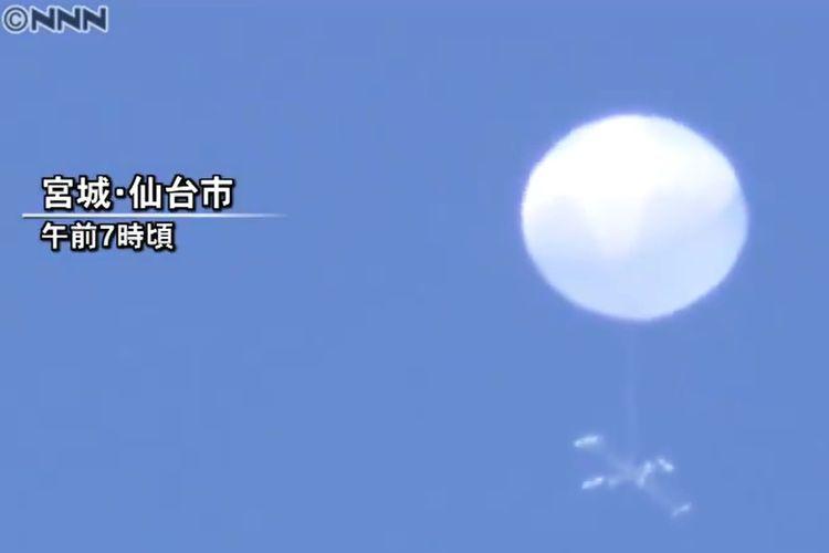 Benda misterius yang melayang di langit Jepang diduga UFO, berbentuk seperti balon dengan baling-baling. Penampakan ini muncul di kota Sendai pada Rabu (17/6/2020) di ketinggian sekitar 2.500 mdpl.