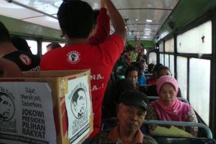 Relawan Pospera melakukan sosialisasi bakal Capres PDIP Joko Widodo di dalam bus kota, di kawasan Cikini hingga sebelum Bundaran Hotel Indonesia (HI) Jakarta. Sabtu (31/5/2014).